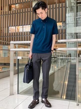 Dunkelgraue Chinohose kombinieren – 360 Herren Outfits heiß Wetter: Kombinieren Sie ein dunkelblaues Polohemd mit einer dunkelgrauen Chinohose, um mühelos alles zu meistern, was auch immer der Tag bringen mag. Fühlen Sie sich mutig? Wählen Sie dunkelbraunen Leder Slipper.