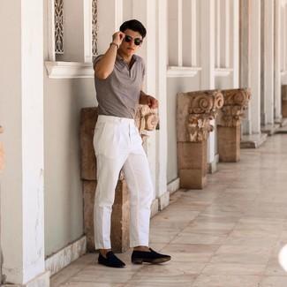 Weiße Chinohose kombinieren – 500+ Herren Outfits: Tragen Sie ein braunes Polohemd und eine weiße Chinohose für ein großartiges Wochenend-Outfit. Dunkelblaue Wildleder Slipper sind eine einfache Möglichkeit, Ihren Look aufzuwerten.