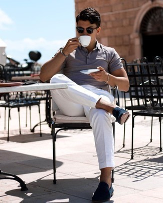 Graues Perlen Armband kombinieren – 153 Herren Outfits: Ein graues Polohemd und ein graues Perlen Armband sind eine ideale Outfit-Formel für Ihre Sammlung. Fühlen Sie sich mutig? Entscheiden Sie sich für dunkelblauen Wildleder Slipper.