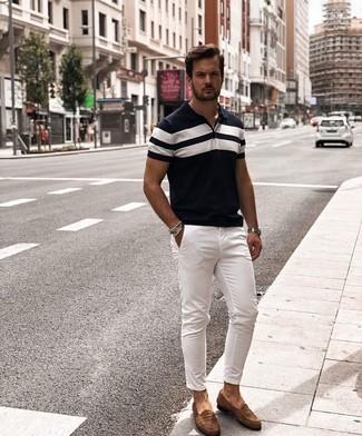Dunkelblaues und weißes horizontal gestreiftes Polohemd kombinieren – 29 Herren Outfits: Kombinieren Sie ein dunkelblaues und weißes horizontal gestreiftes Polohemd mit einer weißen Chinohose, um einen lockeren, aber dennoch stylischen Look zu erhalten. Fühlen Sie sich mutig? Wählen Sie braunen Wildleder Slipper.