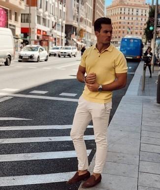 Herren Outfits 2021: Die Vielseitigkeit von einem gelben Polohemd und einer hellbeige Chinohose machen sie zu einer lohnenswerten Investition. Komplettieren Sie Ihr Outfit mit dunkelbraunen geflochtenen Leder Slippern, um Ihr Modebewusstsein zu zeigen.