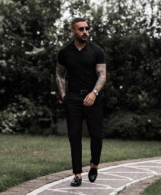 Wie kombinieren: schwarzes Polohemd, schwarze Chinohose, schwarze Leder Slipper mit Quasten, schwarzer Ledergürtel