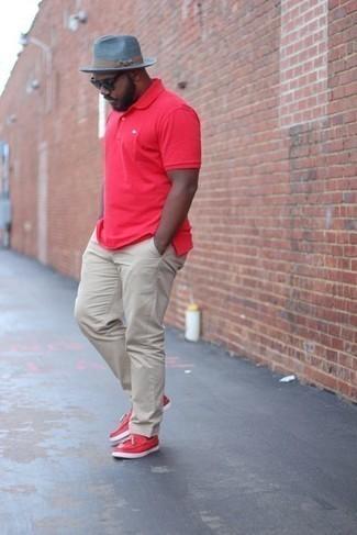 Smart-Casual heiß Wetter Outfits Herren 2021: Kombinieren Sie ein rotes Polohemd mit einer hellbeige Chinohose für ein großartiges Wochenend-Outfit. Putzen Sie Ihr Outfit mit roten Leder Slippern mit Quasten.