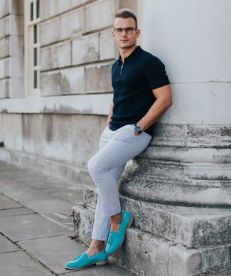 Hellblaue Wildleder Slipper kombinieren: trends 2020: Paaren Sie ein dunkelblaues Polohemd mit einer weißen Chinohose, um mühelos alles zu meistern, was auch immer der Tag bringen mag. Setzen Sie bei den Schuhen auf die klassische Variante mit hellblauen Wildleder Slippern.
