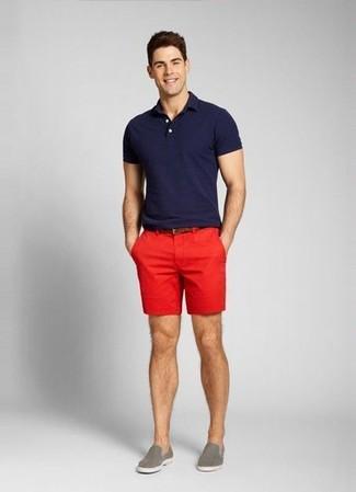 dunkelblaues Polohemd, rote Shorts, graue Slip-On Sneakers, dunkelbrauner Ledergürtel für Herren