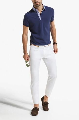 Wie kombinieren: dunkelblaues Polohemd, weiße enge Jeans, dunkelbraune Wildleder Mokassins, goldene Sonnenbrille
