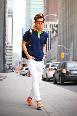 Wie kombinieren: dunkelblaues Polohemd, weiße enge Jeans, orange Segeltuch niedrige Sneakers, schwarzer Rucksack