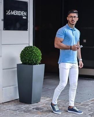 Silberne Uhr kombinieren – 500+ Herren Outfits: Für ein bequemes Couch-Outfit, entscheiden Sie sich für ein hellblaues Polohemd und eine silberne Uhr. Fühlen Sie sich ideenreich? Entscheiden Sie sich für blauen Segeltuch niedrige Sneakers.