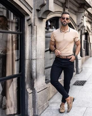 Beige Wildleder Slipper mit Quasten kombinieren – 198 Herren Outfits: Für ein bequemes Couch-Outfit, erwägen Sie das Tragen von einem hellbeige Polohemd und schwarzen engen Jeans. Machen Sie Ihr Outfit mit beige Wildleder Slippern mit Quasten eleganter.