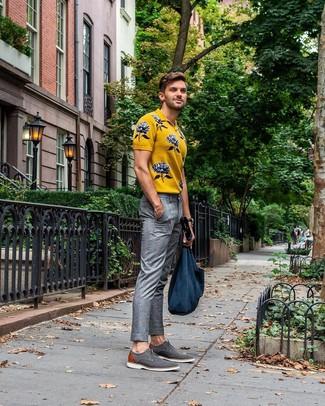 Wie kombinieren: gelbes bedrucktes Polohemd, graue Anzughose mit Schottenmuster, graue Segeltuch Derby Schuhe, dunkelblaue Shopper Tasche aus Segeltuch