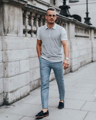 Wie kombinieren: graues Polohemd, hellblaue Anzughose, schwarze Wildleder Slipper mit Quasten, silberne Uhr