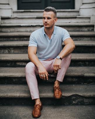 Wie kombinieren: graues Polohemd, rosa Anzughose, braune Leder Derby Schuhe, dunkelbraune Lederuhr