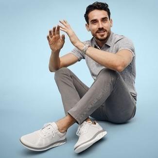 Herren Outfits 2021: Kombinieren Sie ein graues Polohemd mit grauen Jeans für ein großartiges Wochenend-Outfit. Fühlen Sie sich ideenreich? Wählen Sie weißen Sportschuhe.