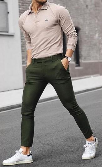 Wie kombinieren: hellbeige Polohemd, olivgrüne Chinohose, weiße Leder niedrige Sneakers, schwarze Lederuhr