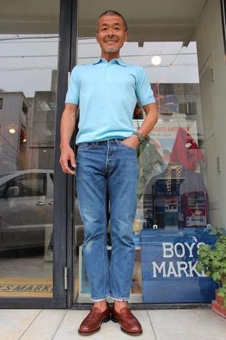 Wie kombinieren: hellblaues Polohemd, blaue Jeans, braune Leder Slipper, dunkelgrüne Uhr