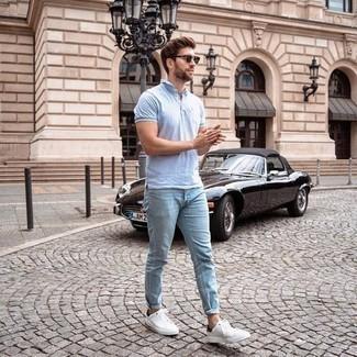 T-shirt kombinieren – 500+ Herren Outfits: Paaren Sie ein T-shirt mit hellblauen Jeans, um mühelos alles zu meistern, was auch immer der Tag bringen mag. Putzen Sie Ihr Outfit mit weißen und schwarzen Segeltuch niedrigen Sneakers.