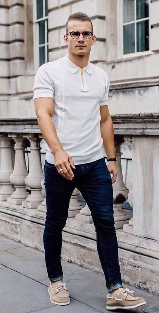 Dunkelblaue Jeans kombinieren – 500+ Herren Outfits: Entscheiden Sie sich für ein weißes Polohemd und dunkelblauen Jeans, um mühelos alles zu meistern, was auch immer der Tag bringen mag. Beige Segeltuch Bootsschuhe sind eine gute Wahl, um dieses Outfit zu vervollständigen.