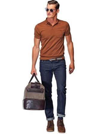 Wie kombinieren: rotbraunes Polohemd, dunkelblaue Jeans, dunkelbraune Lederfreizeitstiefel, dunkelbraune Leder Sporttasche