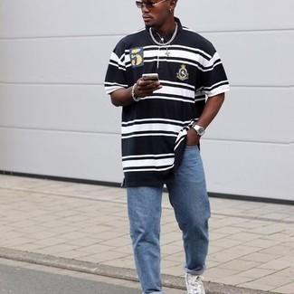 Dunkelblaues und weißes horizontal gestreiftes Polohemd kombinieren – 29 Herren Outfits: Kombinieren Sie ein dunkelblaues und weißes horizontal gestreiftes Polohemd mit blauen Jeans, um einen lockeren, aber dennoch stylischen Look zu erhalten. Fühlen Sie sich mutig? Wählen Sie grauen bedruckten hohe Sneakers aus Segeltuch.