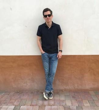 Wie kombinieren: schwarzes Polohemd, blaue Jeans, graue Segeltuch niedrige Sneakers, schwarze Sonnenbrille