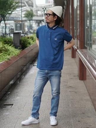 Weiße und grüne Leder niedrige Sneakers kombinieren – 108 Herren Outfits: Vereinigen Sie ein dunkelblaues Polohemd mit blauen Jeans für einen bequemen Alltags-Look. Komplettieren Sie Ihr Outfit mit weißen und grünen Leder niedrigen Sneakers.