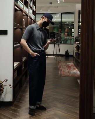 Smart-Casual heiß Wetter Outfits Herren 2020: Tragen Sie dunkelblauen Jeans für ein großartiges Wochenend-Outfit. Komplettieren Sie Ihr Outfit mit dunkelbraunen Wildleder Slippern mit Quasten, um Ihr Modebewusstsein zu zeigen.