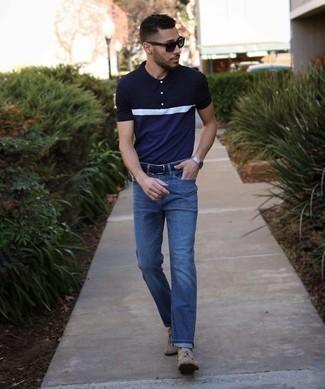 heiß Wetter Outfits Herren 2021: Die Paarung aus einem dunkelblauen und weißen Polohemd und dunkelblauen Jeans ist eine komfortable Wahl, um Besorgungen in der Stadt zu erledigen. Vervollständigen Sie Ihr Outfit mit beige Wildleder Slippern mit Quasten, um Ihr Modebewusstsein zu zeigen.