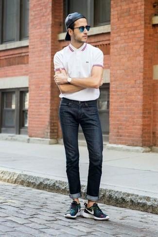 Dunkelblaue Jeans kombinieren – 500+ Herren Outfits: Vereinigen Sie ein weißes Polohemd mit dunkelblauen Jeans für ein sonntägliches Mittagessen mit Freunden. Fühlen Sie sich mutig? Komplettieren Sie Ihr Outfit mit schwarzen Sportschuhen.