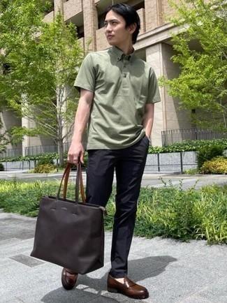 Dunkelbraune Shopper Tasche aus Leder kombinieren – 249 Herren Outfits: Ein olivgrünes Polohemd und eine dunkelbraune Shopper Tasche aus Leder sind eine perfekte Outfit-Formel für Ihre Sammlung. Fühlen Sie sich ideenreich? Vervollständigen Sie Ihr Outfit mit dunkelbraunen Leder Slippern.