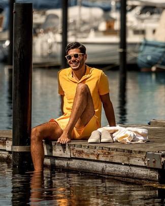 Wie kombinieren: orange Polohemd, orange Shorts, beige Slip-On Sneakers aus Wildleder, beige Sonnenbrille