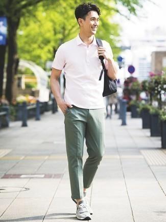Olivgrüne Chinohose kombinieren – 500+ Herren Outfits: Vereinigen Sie ein rosa Polohemd mit einer olivgrünen Chinohose für einen bequemen Alltags-Look. Graue Sportschuhe liefern einen wunderschönen Kontrast zu dem Rest des Looks.