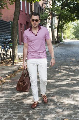 Wie kombinieren: rosa Polohemd, weiße Chinohose, braune Leder Mokassins, braune Leder Reisetasche