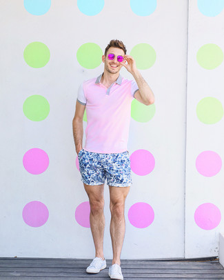 Wie kombinieren: rosa Polohemd, blaue Shorts mit Blumenmuster, weiße Segeltuch niedrige Sneakers, fuchsia Sonnenbrille