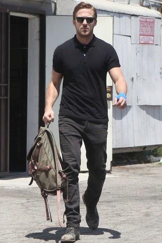 Ryan Gosling trägt Schwarzes Polohemd, Schwarze Jeans, Schwarze Lederfreizeitstiefel, Olivgrüner Segeltuch Rucksack