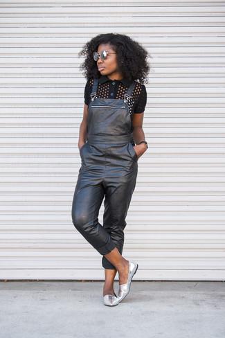 Wie kombinieren: schwarzes Polohemd, schwarze Leder Latzhose, silberne Leder Slipper, graue Sonnenbrille
