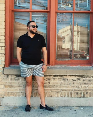 Wie kombinieren: schwarzes Polohemd, hellblaue horizontal gestreifte Shorts, schwarze Samt Slipper, schwarze Sonnenbrille