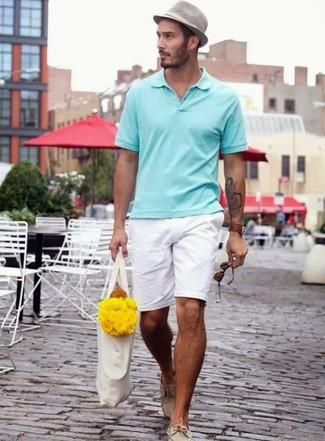 Wie kombinieren: mintgrünes Polohemd, weiße Shorts, hellbeige Leder Bootsschuhe, grauer Hut