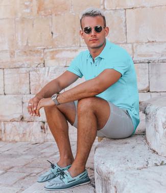 Wie kombinieren: türkises Polohemd, graue Shorts aus Seersucker, türkise Leder Bootsschuhe, schwarze Sonnenbrille