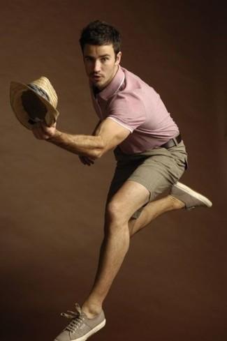 Wie kombinieren: rosa Polohemd, braune Shorts, braune Segeltuch niedrige Sneakers, beige Strohhut