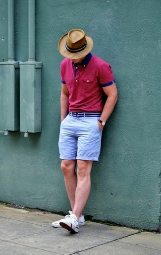 Wie kombinieren: fuchsia gepunktetes Polohemd, hellblaue Shorts, weiße niedrige Sneakers, beige Hut