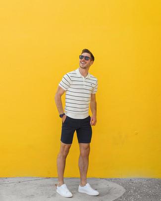 Wie kombinieren: weißes und schwarzes horizontal gestreiftes Polohemd, schwarze Shorts, weiße Leder niedrige Sneakers, braune Sonnenbrille