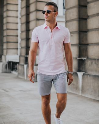 Wie kombinieren: rosa Polohemd, graue Shorts aus Seersucker, weiße niedrige Sneakers, schwarze Sonnenbrille