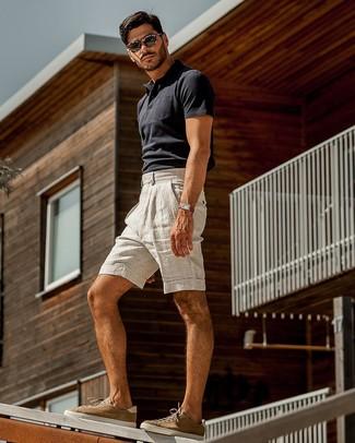 Wie kombinieren: dunkelblaues Polohemd, graue Leinen Shorts, braune Wildleder niedrige Sneakers, dunkelbraune Sonnenbrille