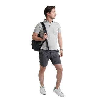 Wie kombinieren: graues Polohemd, dunkelgraue Shorts, weiße Leder niedrige Sneakers, schwarzer Leder Rucksack