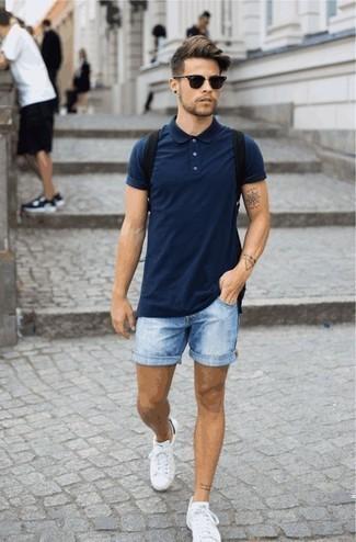 Schwarzen Rucksack kombinieren: trends 2020: Halten Sie Ihr Outfit locker mit einem dunkelblauen Polohemd und einem schwarzen Rucksack. Weiße niedrige Sneakers putzen umgehend selbst den bequemsten Look heraus.