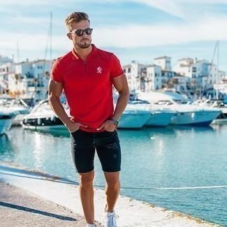 Dunkelbraune Sonnenbrille kombinieren: trends 2020: Ein rotes Polohemd und eine dunkelbraune Sonnenbrille sind eine ideale Outfit-Formel für Ihre Sammlung. Setzen Sie bei den Schuhen auf die klassische Variante mit weißen Segeltuch niedrigen Sneakers.