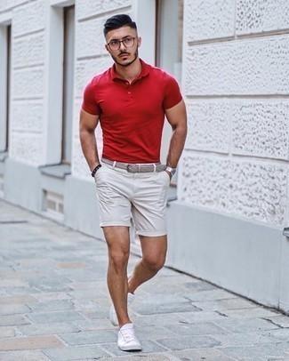 Weiße Shorts kombinieren – 308 Herren Outfits: Tragen Sie ein rotes Polohemd und weißen Shorts für ein bequemes Outfit, das außerdem gut zusammen passt. Weiße Segeltuch niedrige Sneakers sind eine kluge Wahl, um dieses Outfit zu vervollständigen.