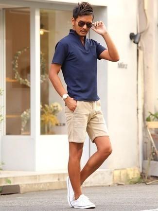 Dunkelbraune Sonnenbrille kombinieren – 500+ Herren Outfits: Ein dunkelblaues Polohemd und eine dunkelbraune Sonnenbrille sind eine perfekte Outfit-Formel für Ihre Sammlung. Setzen Sie bei den Schuhen auf die klassische Variante mit weißen Segeltuch niedrigen Sneakers.