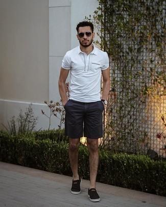 Shorts kombinieren – 1200+ Herren Outfits: Kombinieren Sie ein weißes Polohemd mit Shorts, um einen lockeren, aber dennoch stylischen Look zu erhalten. Schwarze Slip-On Sneakers aus Segeltuch fügen sich nahtlos in einer Vielzahl von Outfits ein.