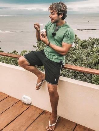 Zehensandalen kombinieren – 145 Herren Outfits: Kombinieren Sie ein mintgrünes Polohemd mit schwarzen Sportshorts für einen entspannten Wochenend-Look. Suchen Sie nach leichtem Schuhwerk? Entscheiden Sie sich für Zehensandalen für den Tag.